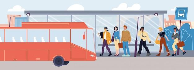 Люди без маски на станции общественного транспорта