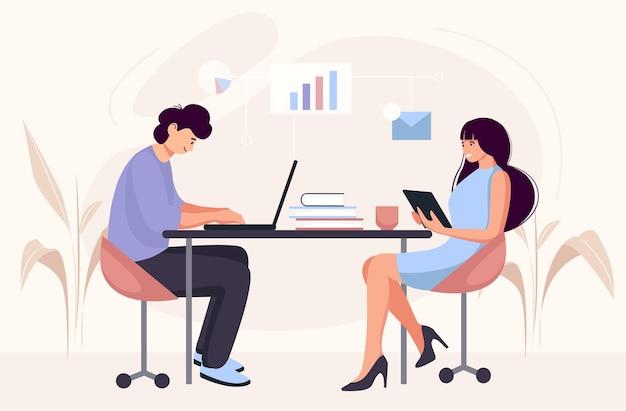 Люди работают за столом за компьютером