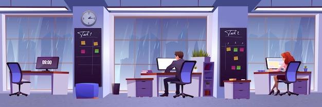 사람들은 창 밖에서 비가 내리는 사무실에서 일합니다.