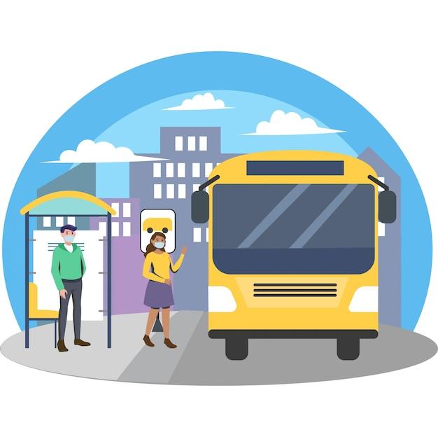 人々は医療マスクを使用しており、バス停で距離を保ちます
