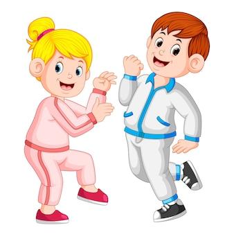 完璧なカップルは、一緒にスポーツをして、tracksuitsを使用して