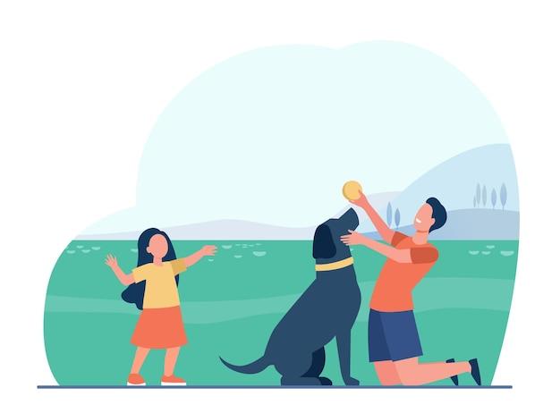 Отец мужчина и дочь владельцев домашних животных играют с собакой на лугу