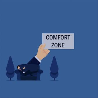 ビジネスフラットビジネスマンはソファに横たわり、快適ゾーンの電話の比phorを再生します。