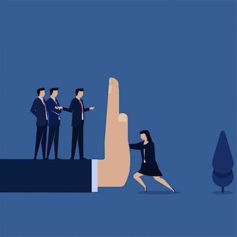 マネージャーは、性別の問題と差別の大きな手の比phorを持つ女性を押します。