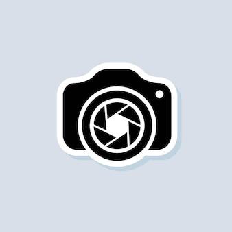 Наклейка фотоаппарата. камера со значком объектива. концепция фотографии. вектор на изолированном фоне. eps 10.