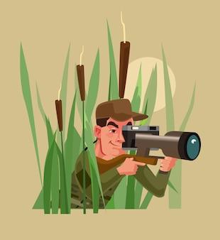 Фото охотник мужчина персонаж сидит в кустах и фотографирует животных