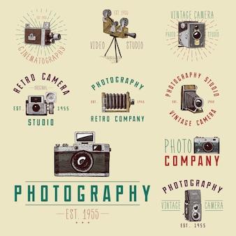 写真のロゴのエンブレムやラベル、ビデオ、フィルム、ムービーカメラ、最初から今までヴィンテージ、スケッチまたは木製のカットスタイル、古い探しているレトロなレンズ、孤立した現実的なイラストで描かれた刻まれた手。