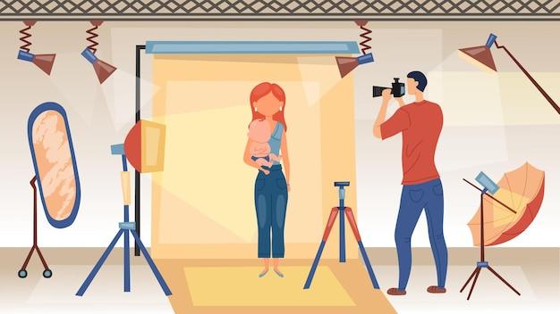 フォトセッションのコンセプト。カメラを持つ写真家は、赤ちゃんを持つ女性の写真を撮っています。