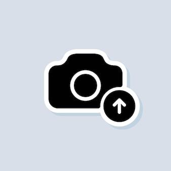 사진 업로드 스티커. 그림 평면 아이콘입니다. 사진 로고를 업로드합니다. 카메라 기호입니다. 격리 된 배경에 벡터입니다. eps 10