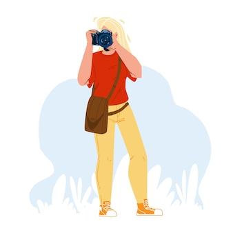 写真家の女の子は、カメラのベクトルで写真を作成します。プロのデジタルデバイスで写真を撮る若い女性の写真家。キャラクター趣味の余暇時間または仕事フラット漫画イラスト