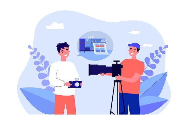 하이테크 이미지 인쇄에 대해 논의하는 사진 작가. 평면 벡터 일러스트 레이 션. 사진 사업에 대해 이야기 하는 카메라와 함께 두 젊은 남자. 사진, 취미, 디자인 또는 방문 페이지 인쇄 개념