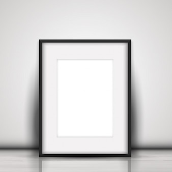 Пустая картина, прислонившись к белой стене