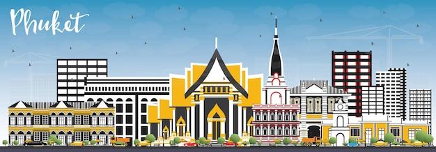 色の建物と青い空とプーケットタイシティスカイライン。ベクトルイラスト。近代建築とビジネス旅行と観光の概念。ランドマークのあるプーケットの街並み。