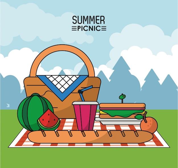 スイカのサンドイッチとドリンクのテーブルクロスのピクニックバスケット