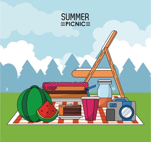 スイカとパイ、飲み物とカメラ付きのテーブルクロスでのピクニック