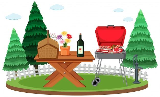 Сцена для пикника с едой на столе и барбекю в саду
