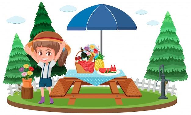 テーブルの上に食べ物とテーブルで幸せな女の子とのピクニックシーン