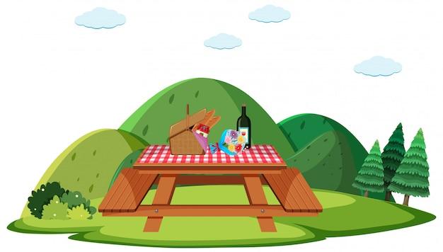 テーブルの上に食べ物とのピクニックシーン
