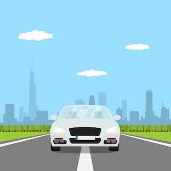 Картина автомобиля на дороге с лесом и силуэт большого города на bakground, иллюстрация стиля