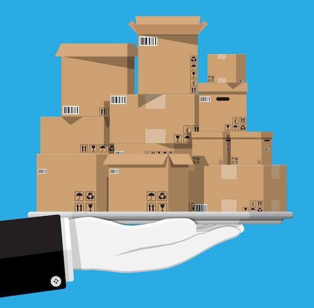 손에 쟁반에 골판지 상자를 쌓습니다. 깨지기 쉬운 표지판이 있는 상자 배송 포장 개봉 및 폐쇄. 배달 개념입니다. 평면 스타일의 벡터 일러스트 레이 션