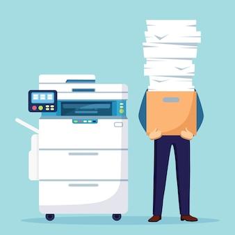 Куча бумаги, занятый бизнесмен со стопкой документов в картонной коробке, картонной коробке. оформление документов с принтером, офисным многофункциональным аппаратом. бюрократия. подчеркнул сотрудник.
