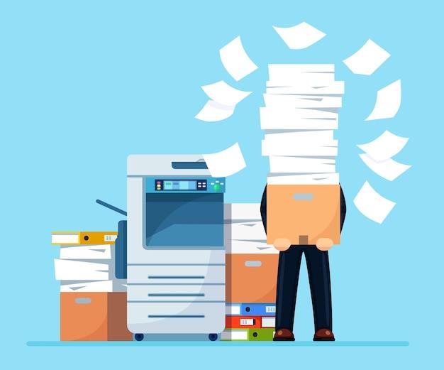 종이의 더미, 문서 스택과 함께 바쁜 사업가. 프린터로 서류 작업