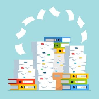 紙の山、カートン付きのドキュメントスタック、段ボール箱、フォルダー。事務処理。官僚主義の概念。