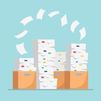 紙の山、カートンが入ったドキュメントスタック、段ボール箱。書類。