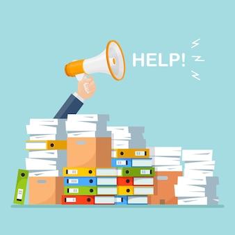 종이 더미, 확성기와 문서 스택, 시끄러운 스피커. 서류 더미에서 직원 스트레스