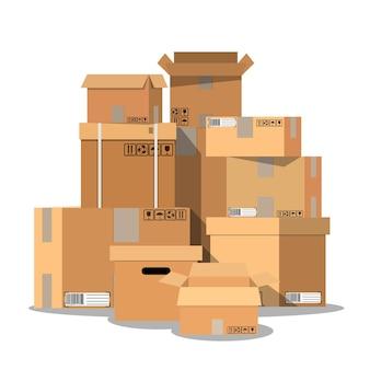 Куча сложенных запечатанных картонных коробок.