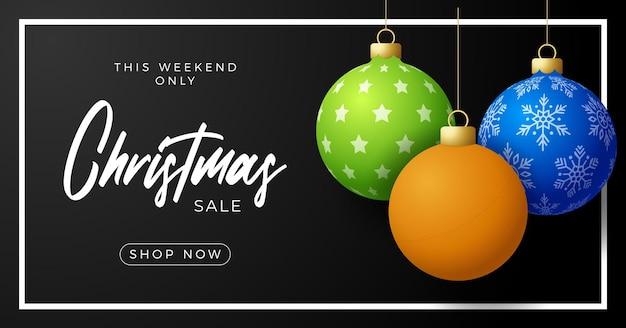 Пинг-понг рождественские продажи баннер. с рождеством христовым спортивная поздравительная открытка. повесьте на нити настольный теннисный мяч как рождественский мяч и золотую безделушку на черном горизонтальном фоне. спорт векторные иллюстрации.