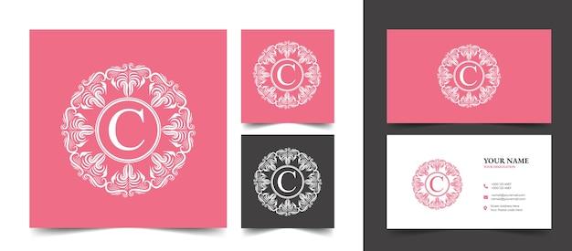 ピンクのカリグラフィフェミニンなフローラルビューティーロゴ手描き紋章モノグラムアンティークビンテージスタイルの豪華なデザイン