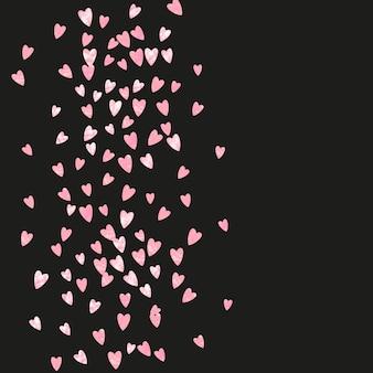 孤立した背景にハートのピンクのキラキラ紙吹雪。きらめきのある光沢のあるランダムに落ちるスパンコール。パーティーの招待状、バナー、グリーティングカード、ブライダルシャワー用のピンクのキラキラ紙吹雪でデザインします。