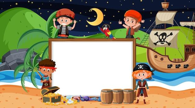Пиратские дети на ночной пляжной сцене с пустым шаблоном баннера