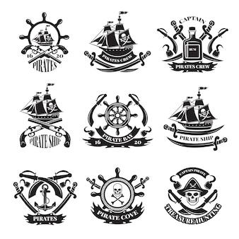 海賊の頭蓋骨、海賊船、海賊のシンボル。モノクロラベルセット。幸せなロジャースカルと海賊のエンブレムと剣。図