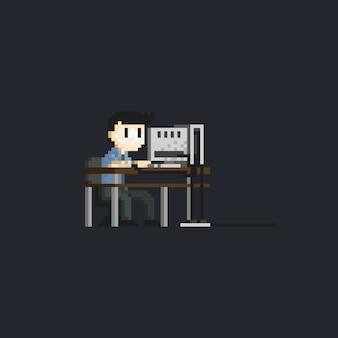 Пиксельный офисный работник
