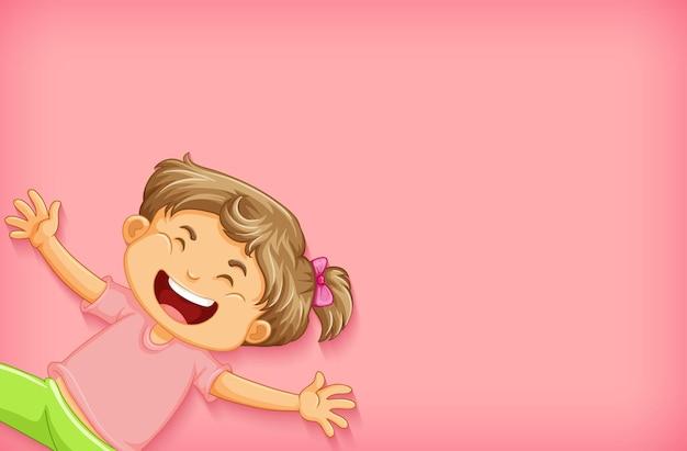 ピンクのシャツの幸せな女の子と無地の背景