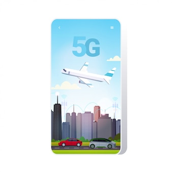 スマートシティ5gオンライン通信ネットワークワイヤレスシステム接続概念上を飛ぶ飛行機インターネットの第5世代革新的な都市景観の背景のスマートフォンの画面のモバイルアプリ