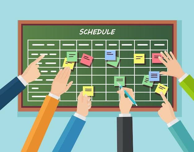작업 게시판에 계획 일정. 플래너, 칠판에 달력. 팀워크, 협업 관리