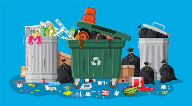 쓰레기로 가득 찬 플라스틱 쓰레기통. 넘쳐나는 쓰레기, 음식, 썩은 과일, 종이, 용기, 유리