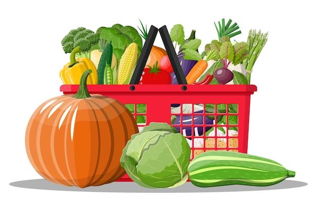 Пластиковая корзина для покупок, полная овощей. выращивание свежих продуктов, органических сельскохозяйственных продуктов. лук, капуста, перец, тыква, огурец, помидор и другие овощи