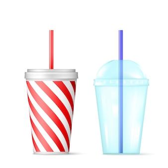 파란색 빨대가 달린 플라스틱 투명 일회용 컵.