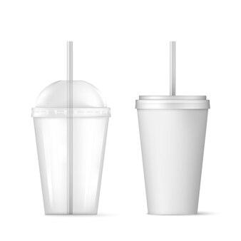 빨대가 달린 플라스틱 투명 일회용 컵.