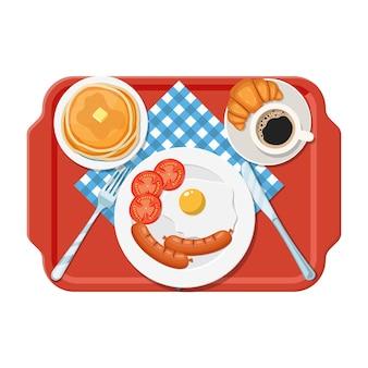 プラスチックトレイ。朝食のコンセプト。コーヒー、目玉焼き、ソーセージ、クロワッサン、パンケーキの食欲をそそる美味しい朝食。