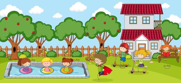 多くの子供たちが漫画のキャラクターを落書きする遊び場のシーン