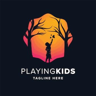 遊ぶ子供たちのロゴのデザインテンプレート