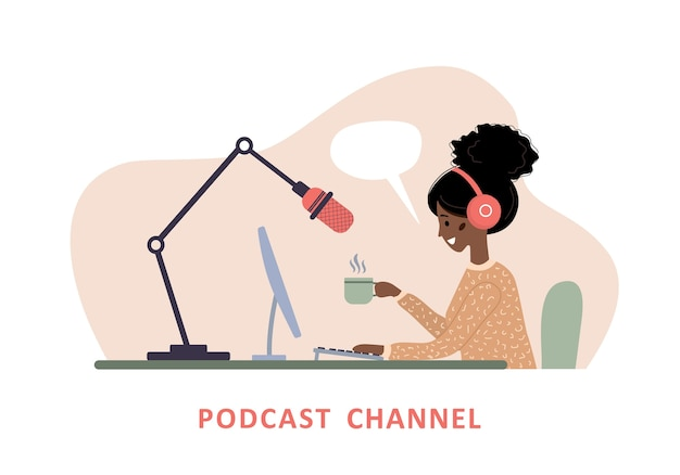 Концепция подкаста. африканская женщина в наушниках записывает аудиотрансляцию.
