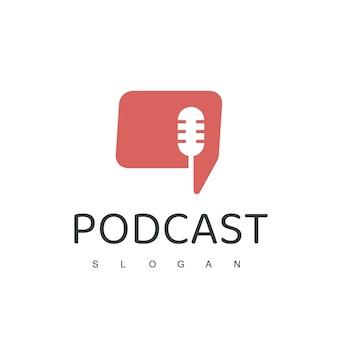 Дизайн логотипа подкаста с микрофоном и символом разговора