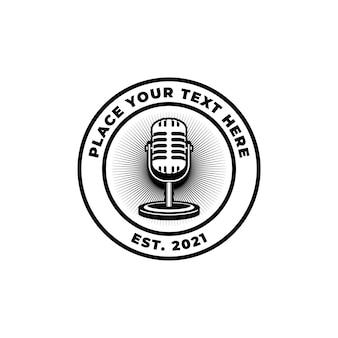 レトロなマイクを備えたポッドキャストステーションの歌手カラオケ。ロゴ、ラベル、エンブレム、サインのデザイン要素。