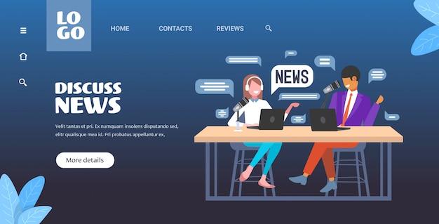 Подкастеры обсуждают ежедневный подкаст записи новостей в студии подкастинга концепция онлайн-радио